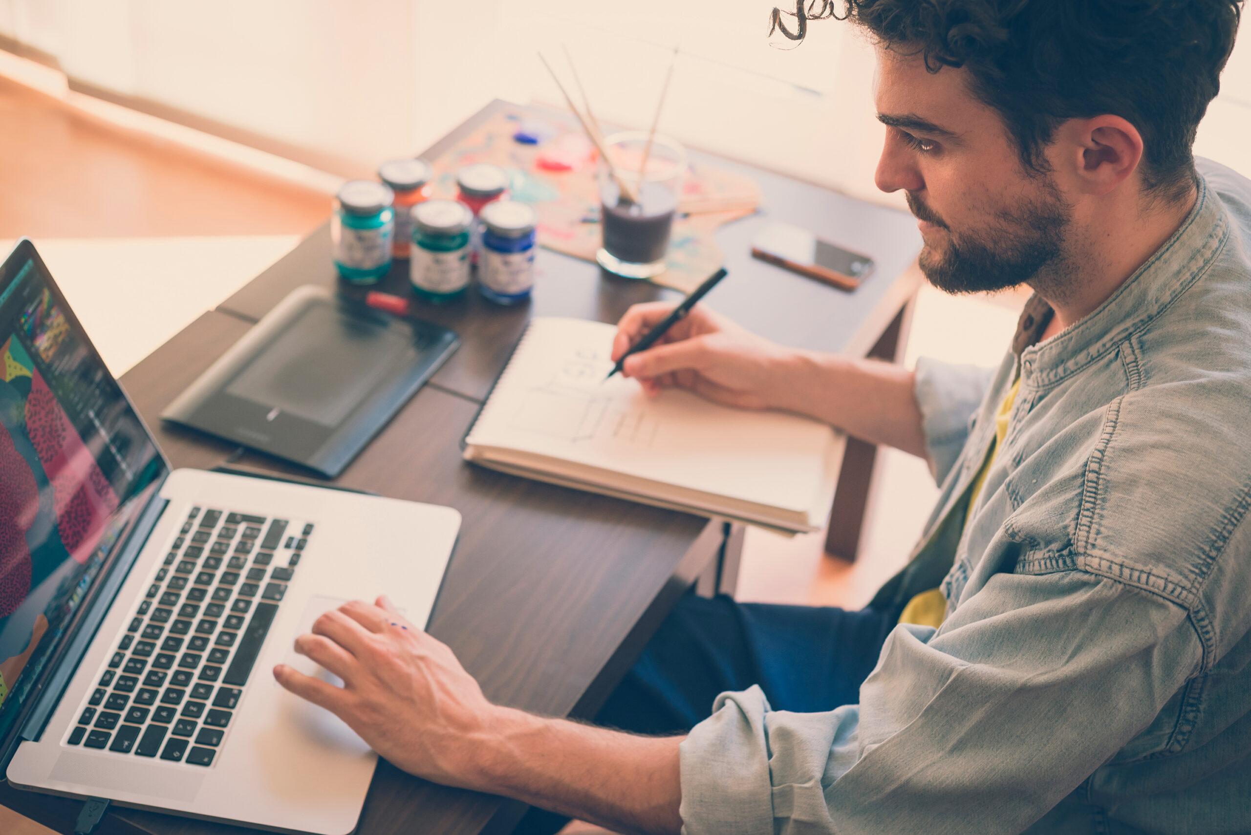 Hombre-con-ordenador