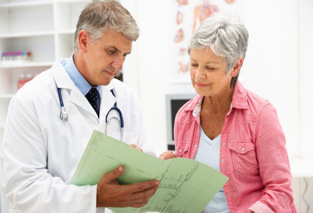 Médico y Mujer Mayor